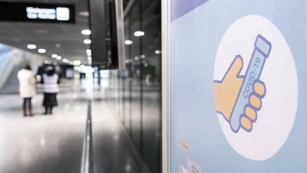 Plakate für Covid-Test am Flughafen in Zürich. (Archivbild)