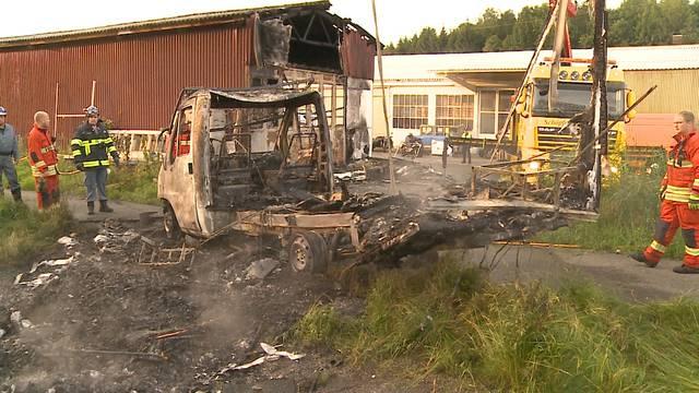 Die Feuerwehr Kölliken hievt den ausgebrannten Camper von dne Geleisen.