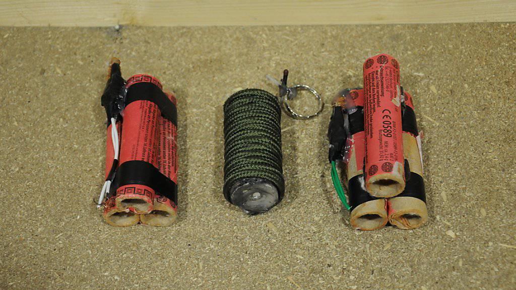 Mit diesen selbstgebastelten Sprengsätzen schützte ein Jugendlicher in München die Drogenvorräte in seinem Kinderzimmer. (Bild: Polizei München)