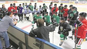Nachdem Geschäftsführer Peter Rötheli ein paar Worte an die versammelte Mannschaft gerichtet hat, beginnen die ersten 90 offiziellen Trainingsminuten der Saison 2012 13