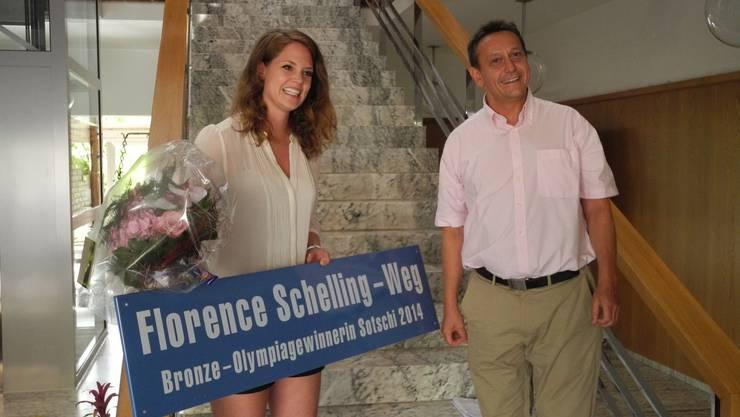 Gemeindepräsident André Bender präsentiert der überwältigten Florence Schelling die neue Weg-Tafel