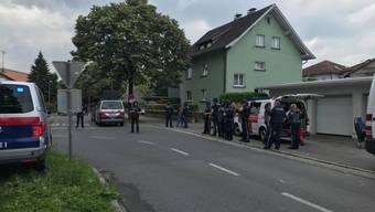In Bregenz ist am Montagmorgen eine 27-jährige Frau bei einem Sturz aus einem Fenster getötet worden. Ihr Partner stürzte sich aus dem selben Fenster, nachdem er sich zuvor verbarrikadiert hatte. Er wurde nicht lebensgefährlich verletzt.