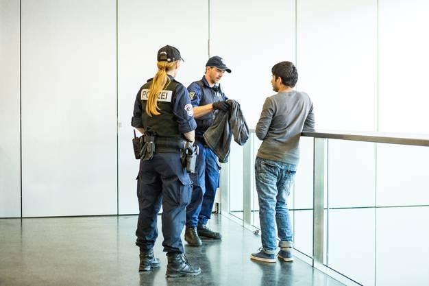 Die Einsatzgruppe Fokus sucht nach verbotenen Gegenständen.