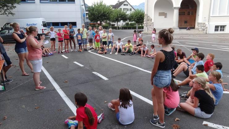 Gespannt hören die Kids der Spielleiterin Daniela zu.