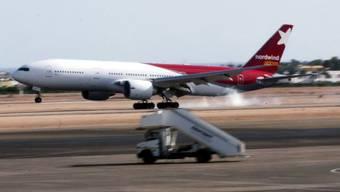 Ein russisches Passagierflugzeug landet in Scharm el-Scheich. Der russische Präsident Putin verordnete am Freitag eine Suspendierung aller Flüge ans Rote Meer.