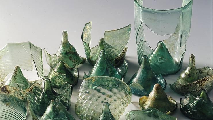 Zerbrochen und dennoch aussagekräftig Das im Latrinenturm gefundene Glasgeschirr.