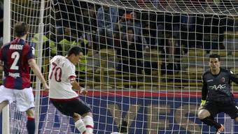 Milans Carlos Bacca tritt in der 40. Minute zum Penalty an und trifft