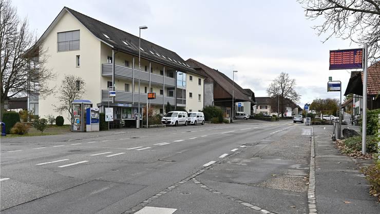 Der Sanierungsbedarf an der Dorfstrasse ist im Bereich der Bushaltestelle Kirche augenfällig.