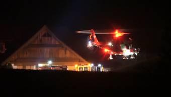 Gemäss der Kantonspolizei Schwyz kam bei einem schweren Motorradunfall ein 20-jähriger Mann ums Leben. Ein 17-Jähriger und eine 18-Jährige wurden schwer und leicht verletzt. Nach ersten Erkenntnissen prallten die drei Personen auf einem Motorrad in Haltikon (SZ) in eine Hausmauer.