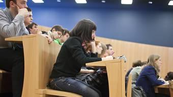 Studierende in einem Hörsaal in Lugano. Der Ständerat hat über 28 Milliarden Franken für die Bildung und die Forschung bewilligt. (Themenbild)