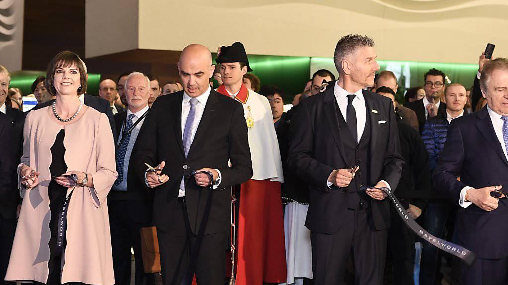 Baselworld-Direktorin Sylvie Ritter (von links), Bundesrat Alain Berset und MCH-Chef Rene Kamm bei der Eröffnung der weltgrössten Uhren- und Schmuckmesse.