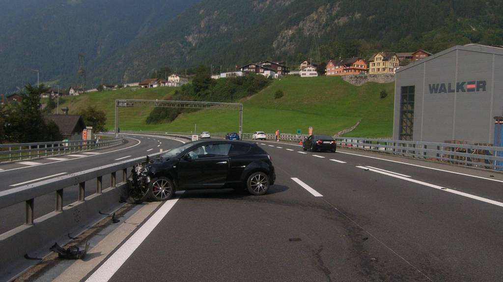 34-Jähriger schläft auf A2 ein und prallt gegen Auto sowie Leitplanke