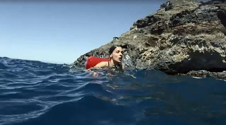 Sofia wird während der Prüfung von einem Spürhund verfolgt und muss auch schwimmen