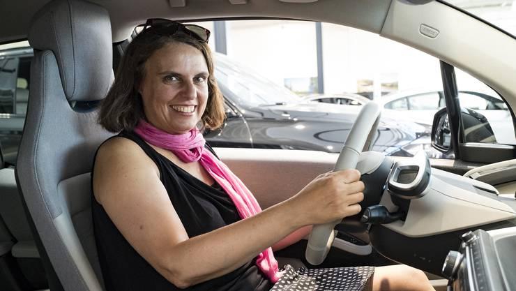 Beide Hände fest am Steuer: Elisabeth Ackermann hat in einem BMW-Elektroauto Platz genommen.
