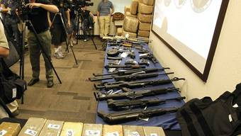 Die Behörden präsentieren die beschlagnahmte Ware