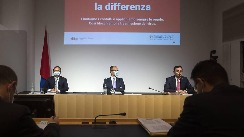 Die Tessiner Staatsräte Christian Vitta, Norman Gobbi und Raffaele De Rosa (von links) erklären die neuen Schutzmassnahmen an einer Medienkonferenz der Tessiner Regierung am Sonntag in Bellinzona.