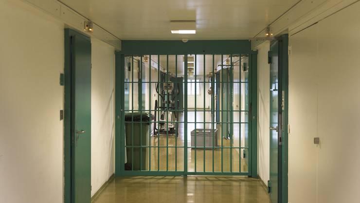 Fast drei Monate verbrachte der Mann in Untersuchungshaft, bevor er sich selber strangulierte. (Symbolbild)