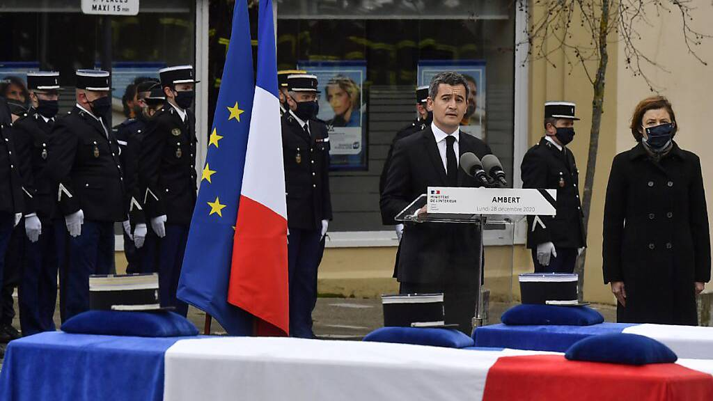 Gerald Darmanin (3.v.r), Innenminister von Frankreich, steht neben Florence Parly (r), Verteidigungsministerin von Frankreich und hält während der Gedenkfeier für drei getötete französische Polizisten eine Rede. Foto: Philippe Desmazes/POOL/dpa