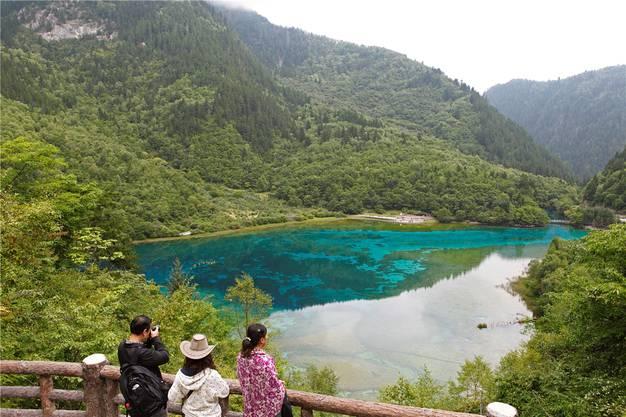 Kristallklares Wasser: Der Pfeilbambus-See ist ein beliebtes Fotomotiv im Nationalpark Jiuzhaigou. Martina Katz