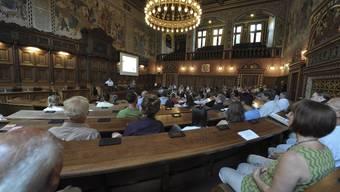 Einbürgerungswillige bei einer Informationsveranstaltung mit Regierungspräsident Guy Morin im Rathaus im August 2012.