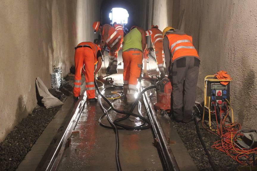 Gleisbauspezialisten verlegen die Gleise im Mühleggtunnel. (Bild: Angela Müller/FM1Today)
