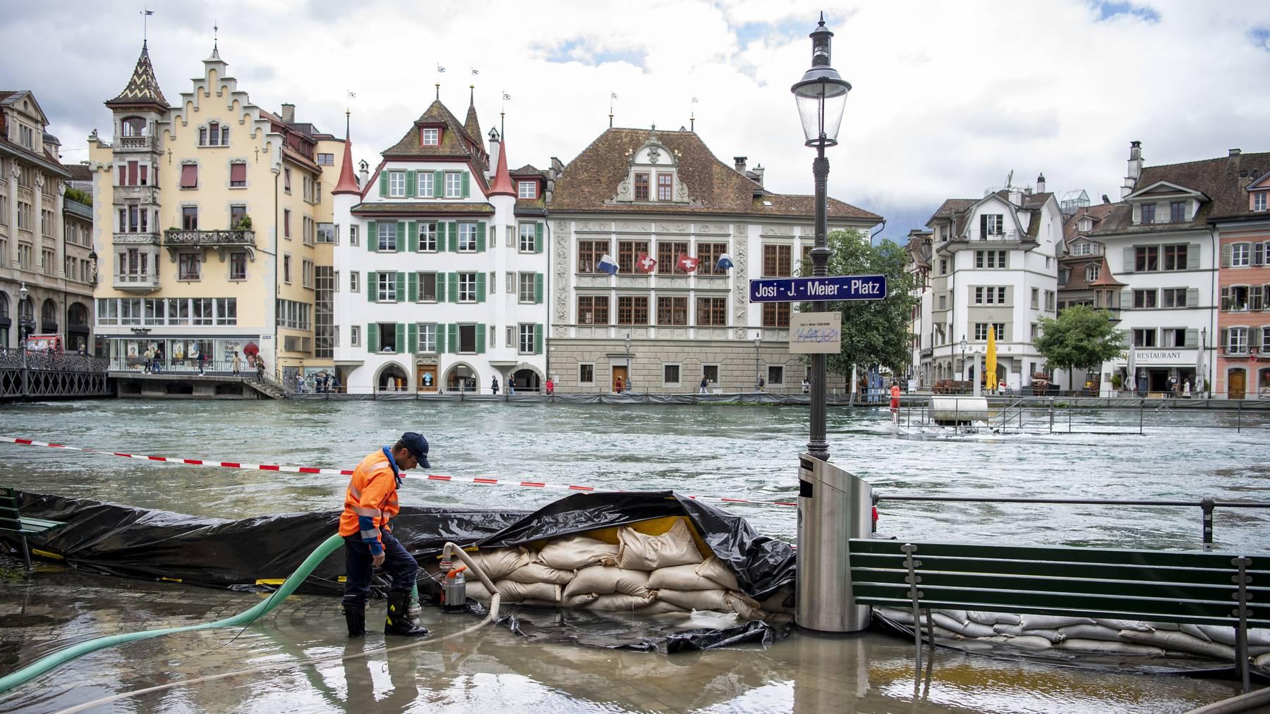 Die ersten Wasseruebertritte an der Reuss in Luzern sind erfolgt, am Mittwoch, 14. Juli 2021, in Luzern. Der Wasserspiegel des Vierwaldstaettersees ist bedrohlich hoch angestiegen und es muss in den naechsten Tagen mit Ueberschwemmungen gerechnet werden.