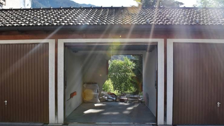 Mit voller Wucht eingeparkt: Der 78-jährige Lenker durchbrach die Rückwand seiner Garage und stürzte in steiles Gelände.
