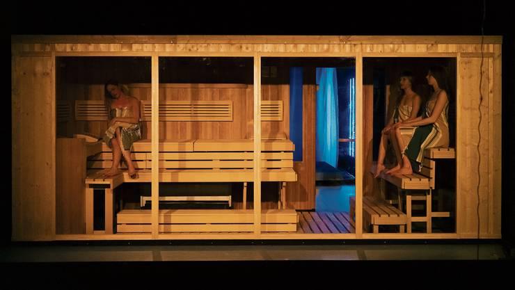 Auf der Guckkastenbühne des Theater Neumarkt steht neuerdings eine finnische Sauna.