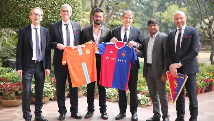 Die FCB- und Chennai-City-Verantwortlichen posieren in Neu-Delhi:
