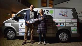 Der neue Transporter: Kinderspitex-Geschäftsführer Thomas Enderli überreicht Schulleiterin Magdalena Baer den Schlüssel für das umgebaute Transportfahrzeug.