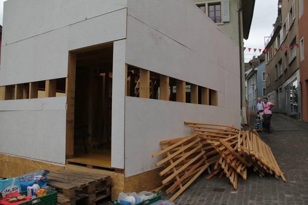 Am Montagmorgen nach dem Stadtfest Brugg laufen die Abbauarbeiten auf Hochtouren. Der Bau von Monsieur Prisma wird in Dietikon eingelagert und kann gemietet werden.