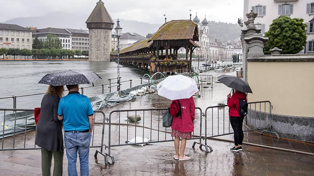 Die Kapellbrücke in Luzern bleibt wegen des hohen Wasserpegels der Reuss vorerst gesperrt.