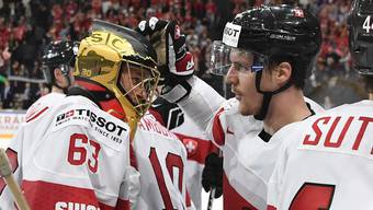 Der goldene SCB-Helm strahlt auch auf internationalem Parkett: Leonardo Genoni (l.) muss die Schweizer gegen Schweden zum Sieg hexen.