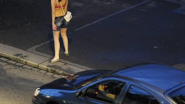 Am Sihlquai gabelt der verurteilte Freier eine Prostituiert auf und missbraucht sie danach in einem Lagerraum (Symbolbild)
