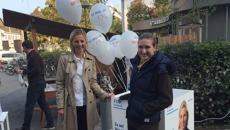 Anna Wartmann (r.) und Suzanne Marclay-Merz, beide FDP, während einerStandaktion an der Igelweid in Aarau. urs helbling