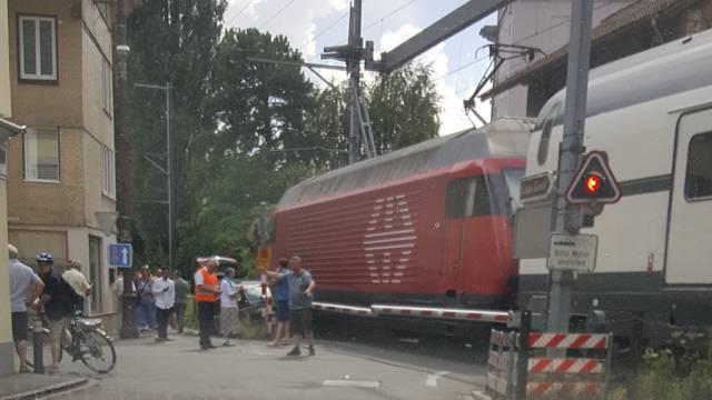 Zug knallt in Auto auf Bahnübergang
