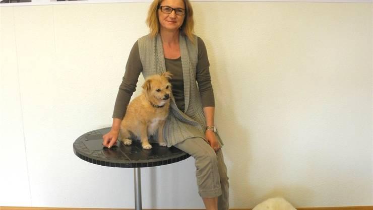 Brigitte Post mit ihren beiden Hunden Micky (links) und Luna