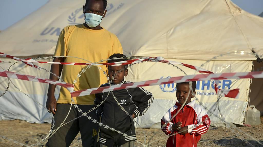 Hunderte Flüchtlinge werden aus Lesbos zum Festland gebracht