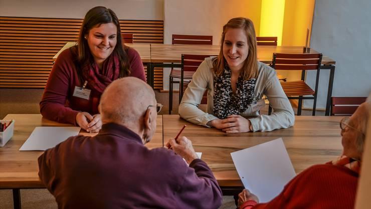 Jeannine Progin (links) und Fabienne Ettlin verfolgen mit der Schreibwerkstatt in der Pflegi Muri ein spannendes Projekt.