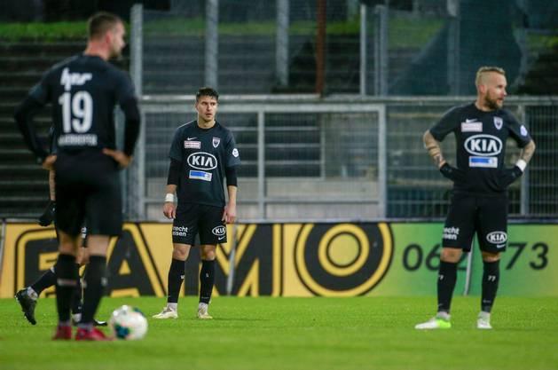 Ein Bild, das es in dieser Saison viel zu oft gab: Resignierte Aarau-Spieler nach einem frühen Gegentreffer