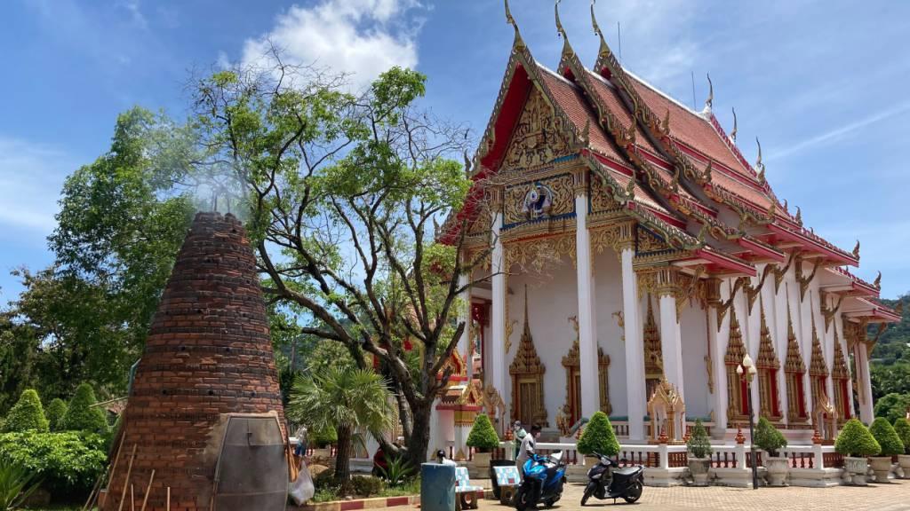 PRODUKTION - In Phukets größtem Tempel Wat Chalong werden jeden Tag Feuerwerkskörper gezündet. Foto: Carola Frentzen/dpa