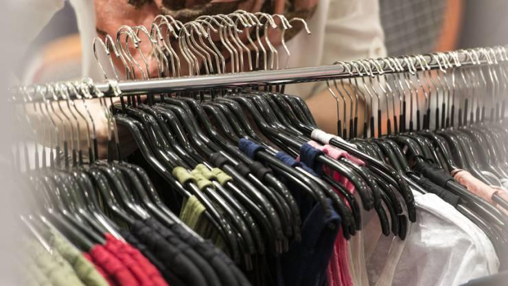 Die Kleider- und Schuhläden mussten einen Rückgang der Umsätze um 9,3 Prozent hinnehmen. (Archiv)
