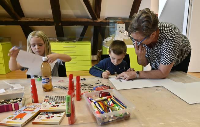 Basteln mit Kindern im Kultur-Historischen Museum, Rosemarie Dietrich mit Siena und Miro.