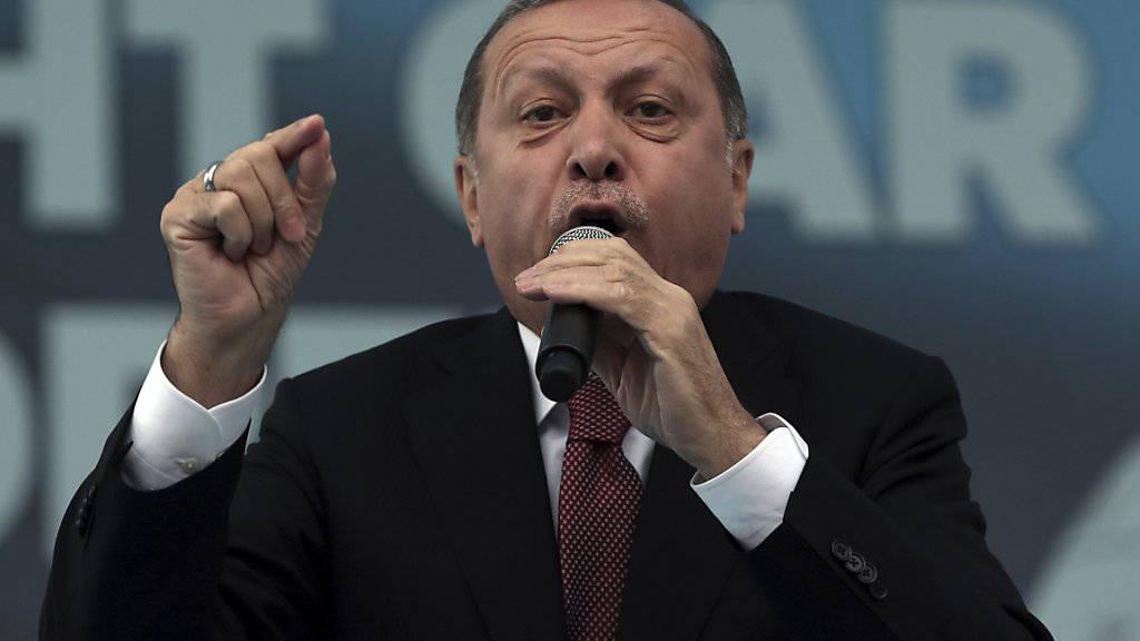 Der türkische Präsident Recep Tayyip Erdogan hat es auf eine wenig schmeichelhafte Rangliste geschafft: Die Organisation «Reporter ohne Grenzen» zählt ihn neu zum «Feind der Pressefreiheit». (Archivbild)