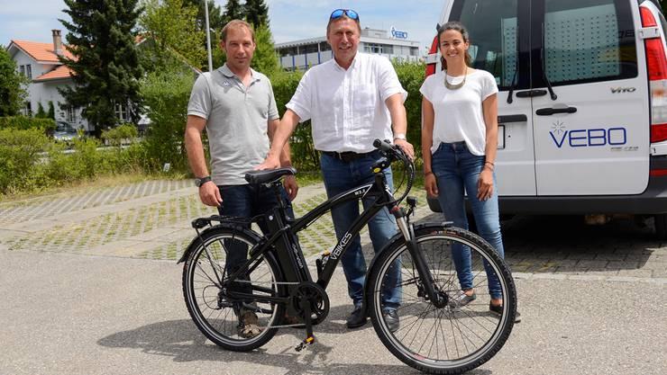Peter Baumann übernimmt von Daniel Ziegler (links) das E-Bike. Mit dabei ist Sena Arabella Gülkanat als Vertreterin von «so!mobil». Hansjörg Sahli