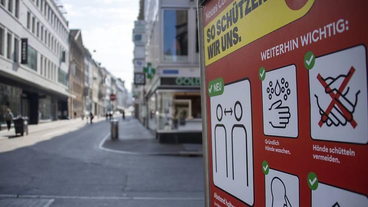 Dieses Bild ist mittlerweile sinnbildlich für den Lockdown in Basel: Leere Innenstadt, überall rote Plakate.