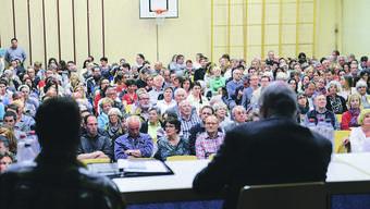 Nächstes Traktandum: Selbstabschaffung. Seit kurzem wissen die Münchensteiner, wie ihr Parlament aussehen könnte (Foto: Gemeindeversammlung in Füllinsdorf, April 2014).