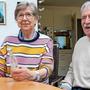 Martha und Peter Rüttimann – für einmal nicht mit einem Edelbrand aus ihrer Brennerei, sondern mit Desinfektionsmittel.