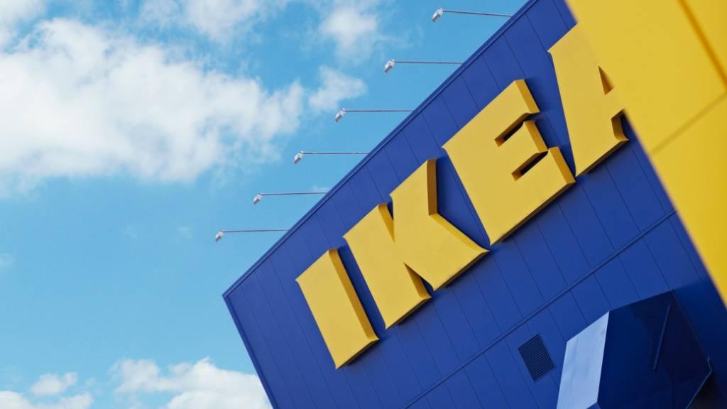 Nach Vorwürfen zu Falschdeklaration von Holz greift Möbelhändler Ikea in seiner Lieferkette durch und trennt sich von einem Lieferanten. (Archiv)