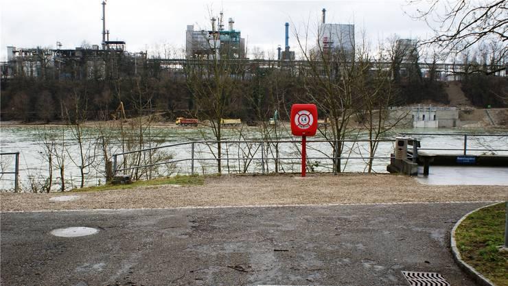 Nur etwa 220 Meter bis zum deutschen Ufer: Der Standort für den neuen Rheinfelder Fussgängersteg am Flossländeweg gibt zu einigen Diskussionen Anlass. Archiv/Ach